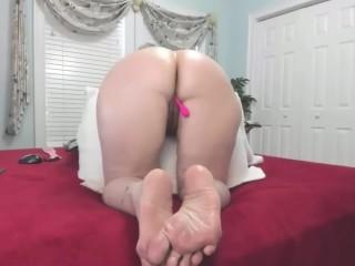 Bella matura si masturba in cam mostrando i piedi sexy