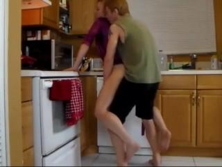 matrigna matura scopata in cucina (italiano)