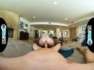 WetVR Kenzie Reeves si scopa un grosso cazzo in piena scena VR