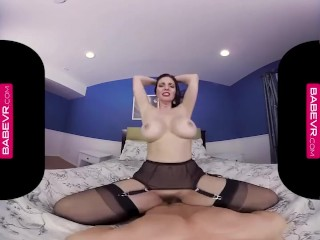 Tantalizing Mindi Mink Penetrates her Pussy Deep in VR!
