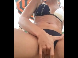 Italian girl squirt on a public beach