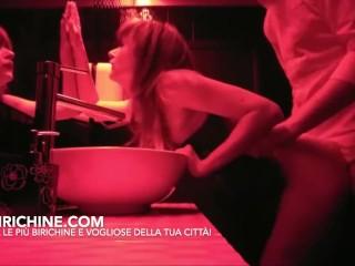 Italiana scopata a pecorina nel bagno della discoteca da uno sconosciuto