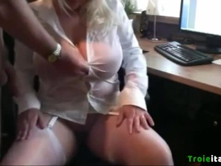 MILF Tettona italiana troia pisciata da capo in ufficio