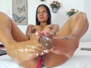 Bellissima milf si masturba in cam con piedi sexy con smalto bianco