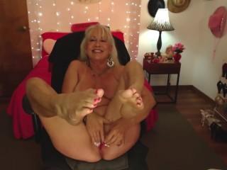 Nonna con bel corpo si masturba e mostra i piedi maturi