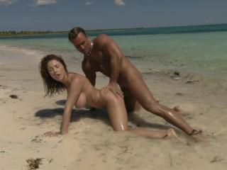 Roberta Gemma scopa sulla spiaggia