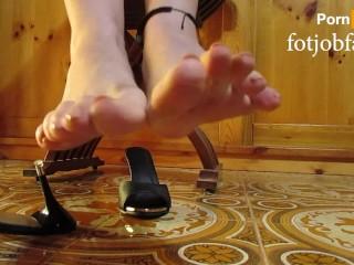 Bellissimi piedi a penzoloni perfetti in muli con tacco alto per il tuo piacere