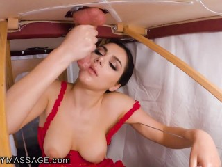 FantasyMassage Valentina Nappi si nasconde per dare al cliente una sega dura e un pompino