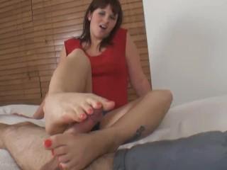 ragazza fa una sega con i piedi in albergo