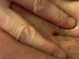 Mi masturbo la fica e il buchetto del culo con un olio eccitante regalatomo da una mia scopamica
